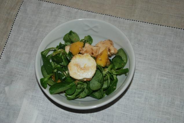 Ensalada con rulo de cabra y chutney de mango