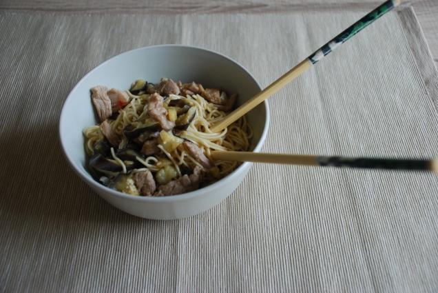 Fideos chinos con carne y berenjena