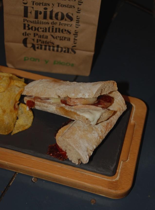 Bocatín de foie con queso de cabra, manzana y jamón ibérico