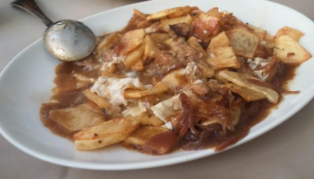 """-""""Nuestras patatas con foie"""": patatas fritas con huevos fritas, foie, cabolla caramelizada y salsa de la casa."""