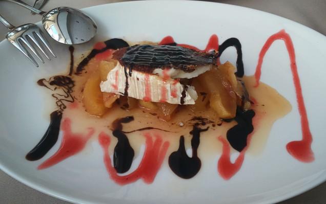-Queso de cabra con manzana caramelizada servida con una salsa de fresa y vinagre balsámico de Módena.