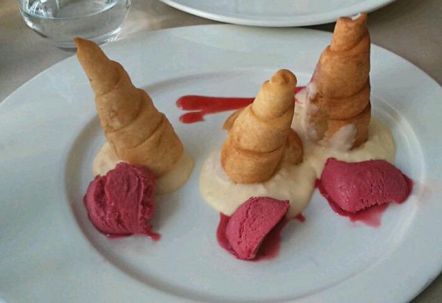 -Canutillos rellenos de crema pastelera acompañado de salsa y helado de frambuesa
